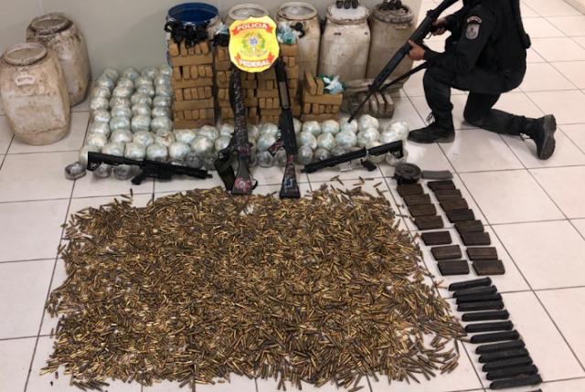 Macaé: Fuzis, mais de seis mil munições e drogas são apreendidos na Nova Holanda