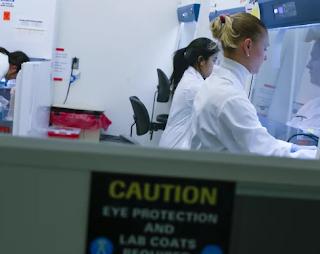 لقد اختبرت الولايات المتحدة عددًا قليلًا من الناس بالصدمة بحثًا عن فيروس كورونا الجديد