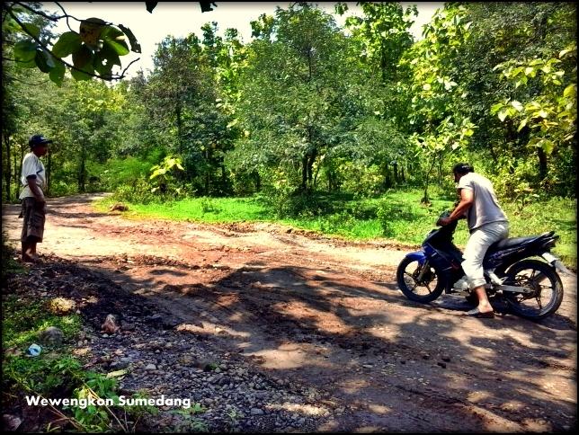 Melihat Dari Dekat Kerusakan Infrastrukur Jalan dan Kebutuhan Air  di Kecamatan Surian