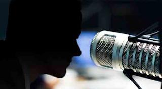 Την είπε κλέφτρα στο διαφημιστικό διάλειμμα, πέταξε το μικρόφωνό της κι έφυγε!