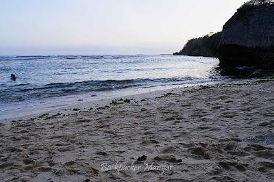 Pantai Geger dengan lautnya yang tenang untuk dinikmati - Backpacker Manyar