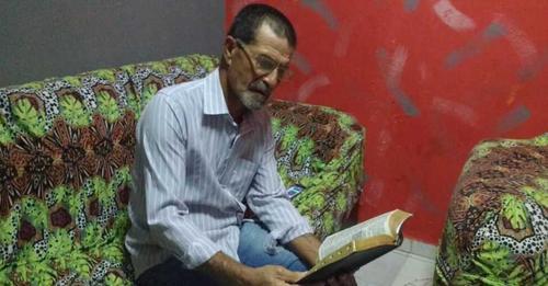 Homem estuda a Bíblia na prisão e volta para Jesus após 42 anos afastado da igreja