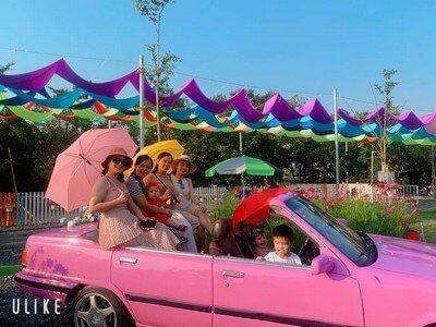 Khách du lịch chụp hình tại Làng Hoa