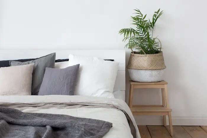 Un taburete de IKEA como mesita de noche original