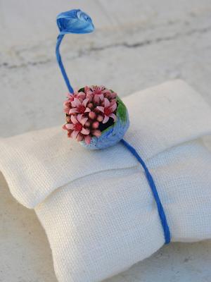 sacchetto segnaposto con bracciale legatovagliolo blu rosa e verde