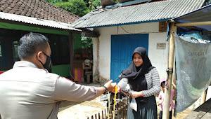 Sosialisasi PPKM Desa Pananjung Polsek Cicalengka Polresta Bandung Bagikan Masker Kepada Warga