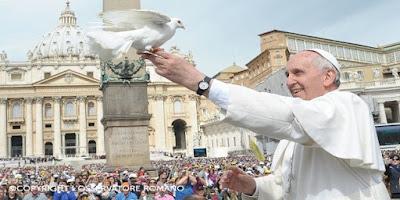imagem do Papa Francisco com uma pomba