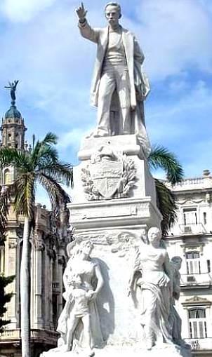 Foto a la estatua de José Marti alzando la mano