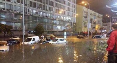 Україну накрило негодою, у Києві затоплено вулиці