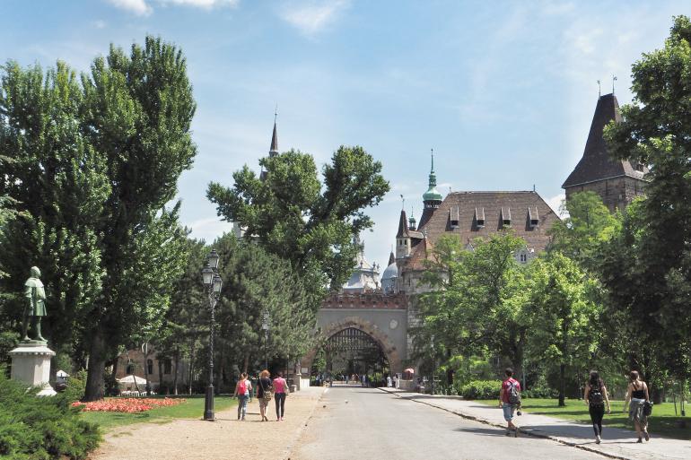 Château de Vajdahunyad dans le parc du Bois-de-Ville à Budapest