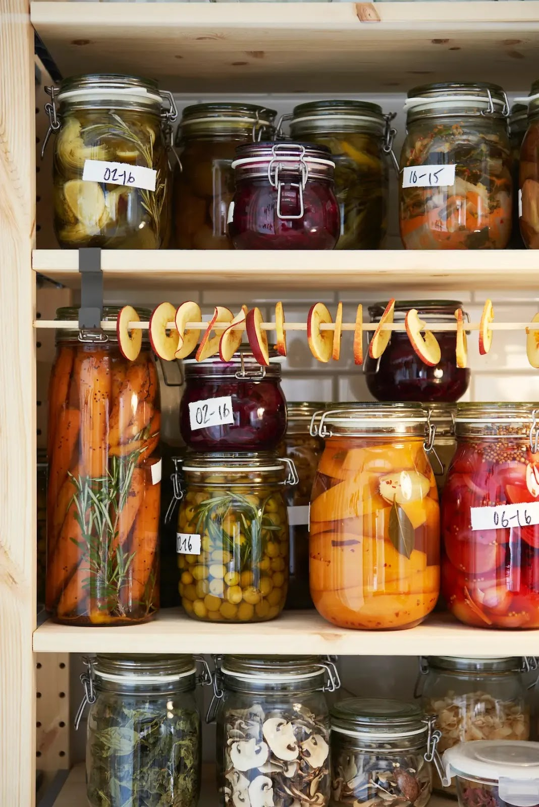 Reciclaje de botes de vidrio en la despensa, con etiquetas