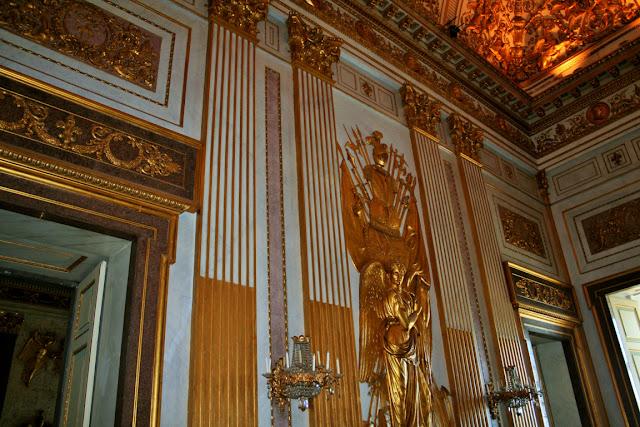 camera, candelieri, statua dorata