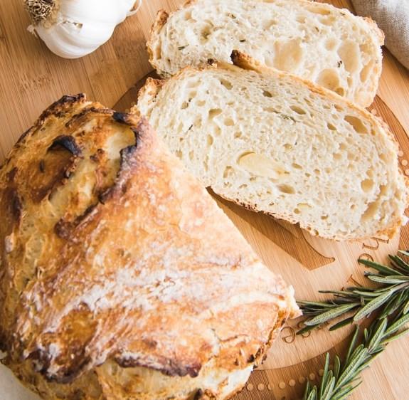 ROASTED GARLIC & ROSEMARY NO KNEAD ARTISAN BREAD #dinner #italian