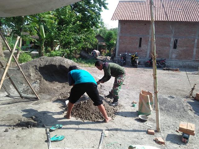 Babinsa Koramil12/Manisrenggo Laksanakan Karyabakti Pembanguan Rumah Warga