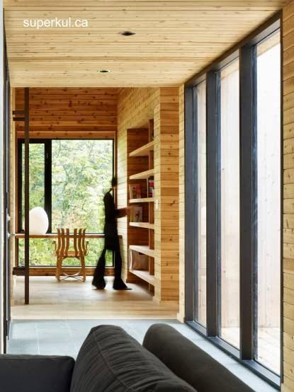 Sector del interior del primer volumen de la cabaña de madera canadiense