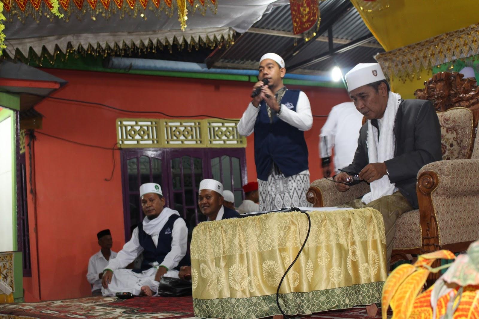 Tgk H. Muhammad Yusuf Bin A. Wahab sedang Menyimak Pertanyaan dari Para Hadirin