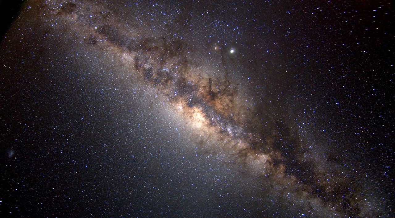 Memaksimalkan Komposisi Foto Landscape langit malam hari galaksi bima sakti