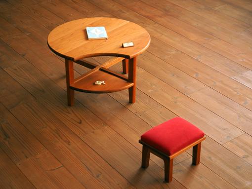 チェリー無垢材の月の形をした座卓