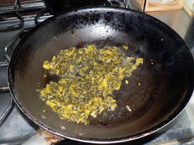 高菜を炒める