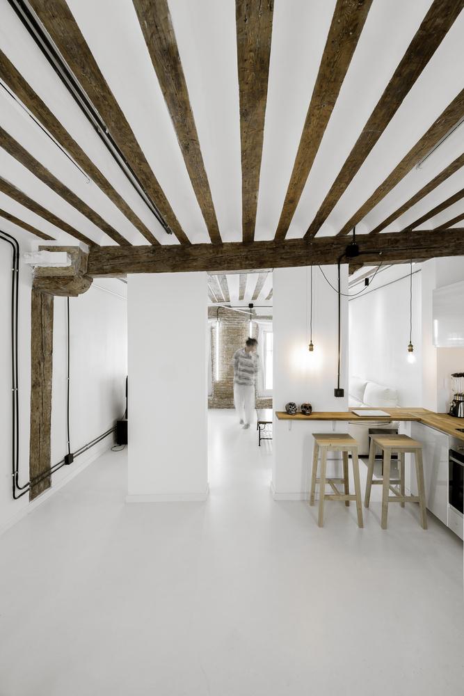 La estructura de madera crea con el blanco un espacio muy acogedor