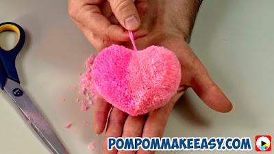 Валентинка сердце из помпона на день Святого Валентина 14 февраля