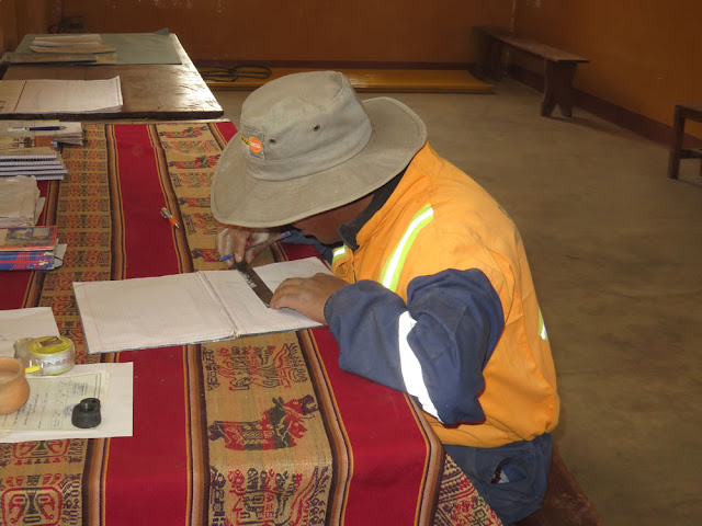 Zu den Kirchenarbeitern gehört auch ein studierter Mathelehrer, der noch keine Stelle hat. Er hat den Plan für den Gemeindesaal angefertigt.