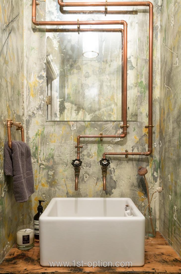 Tuyauterie en cuivre apparente dans la salle de bain
