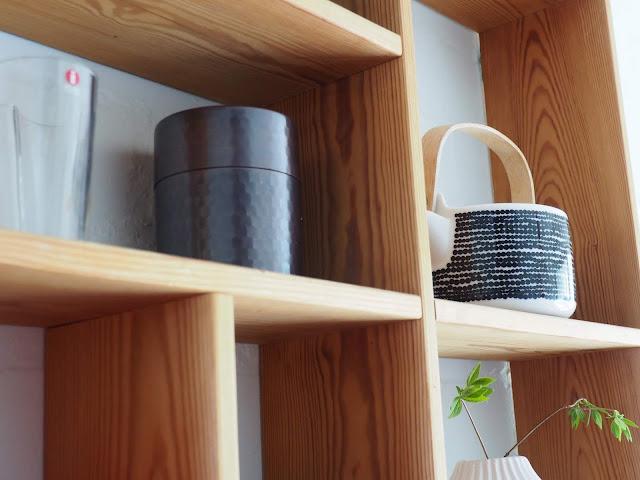 hylly, seinahylly, lokerikkohylly, puuhylly, iittala, marimekko, teepannu, valkoinen vaasi, metallipurkki, pieni aaltovaasi, valkoinen tiiliseina