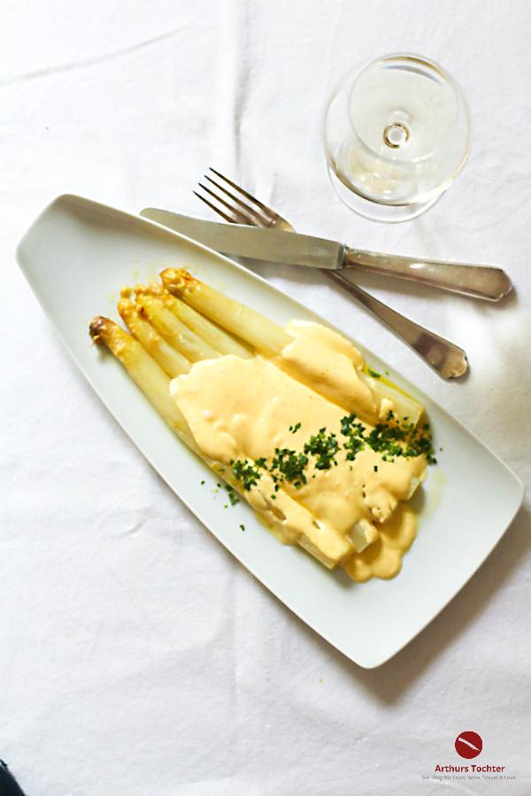 Rezept für die perfekte Sauce Hollandaise zu weißem Spargel aus dem Backofen. Und den passenden Spargelwein gibt's noch obendrauf! #sauce_hollandaise #einfach #thermomix #tm5 #ofenspargel #weißer_spargel #nachkochen #anleitung #spargelrezepte_einfach #foodblog #arthurstochter #rheinhessen