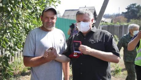Заслужено наградили медалью: на Харьковщине мужчина спас от огня село