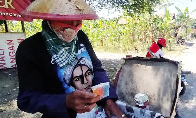 Kegigihan Penjual Es di Surabaya Tidak Sia-sia, Ia Bisa Sekolahkan Anak Hingga Sarjana