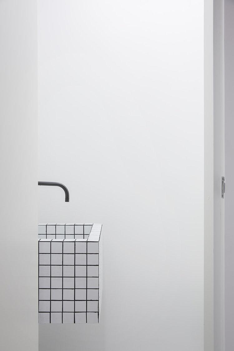 Un baño minimalista en blanco y negro