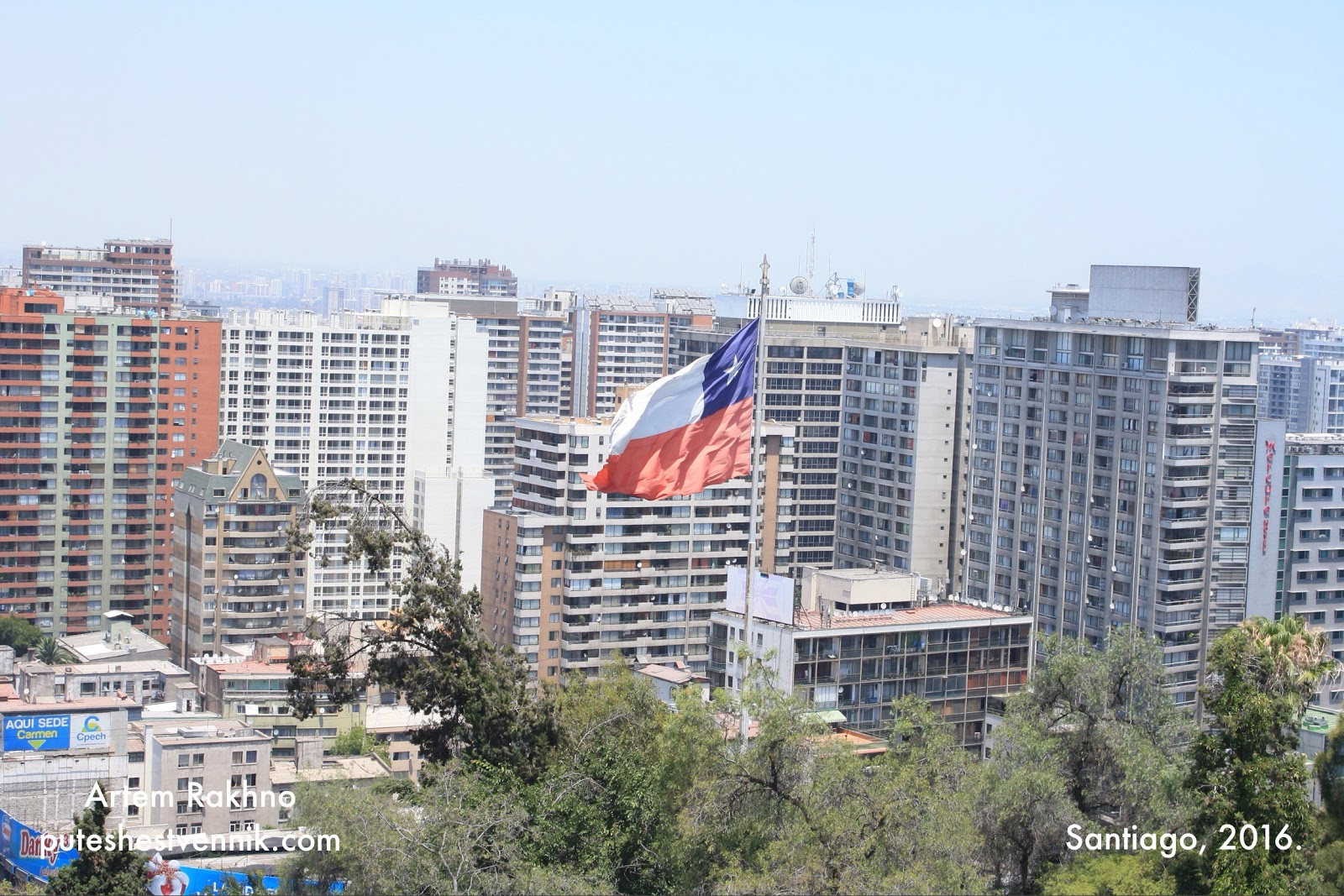 Флаг Чили над городом