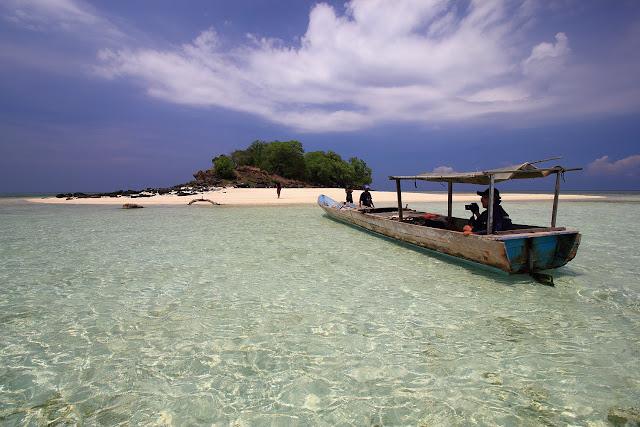 Bersandar di pulau Meko Adonara