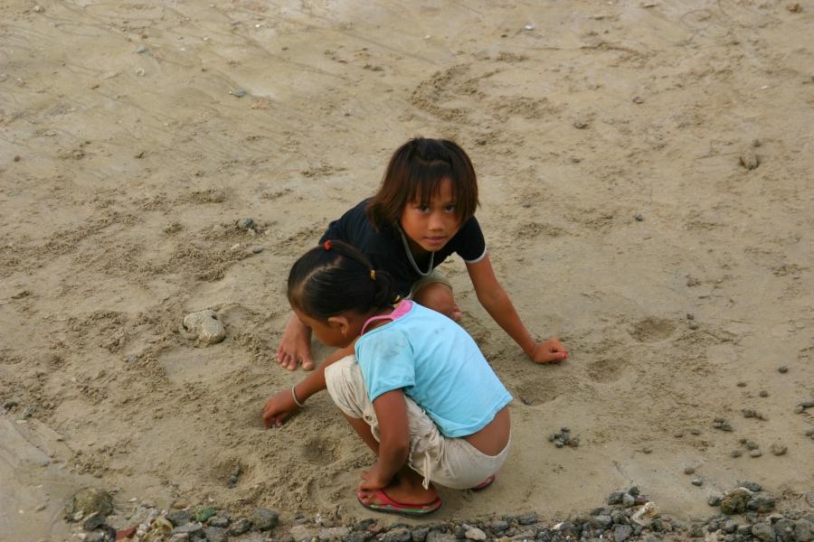 해변에서 모래놀이 중인 두 아이