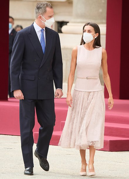 Queen Letizia wore a pink top and lace midi skirt from Felipe Varela. Gala dinner for President Moon Jae-in and Kim Jung-sook