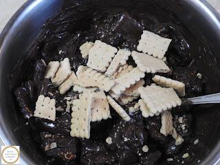 Retete culinare compozitie salam de biscuiti preparare reteta de casa cu ciocolata miere nuci rom vanilie si migdale deserturi prajituri si dulciuri,