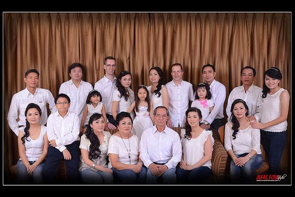 foto keluarga di studio ramai-ramai