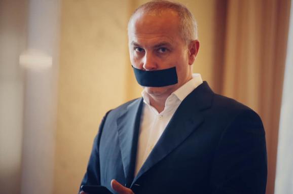 Шуфрич прийшов до Ради із заклеєним ротом. Фотофакт