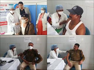 पुलिस प्रशासन के अधिकारी कर्मचारियों को लगाई गई कोरोना की वैक्सीन