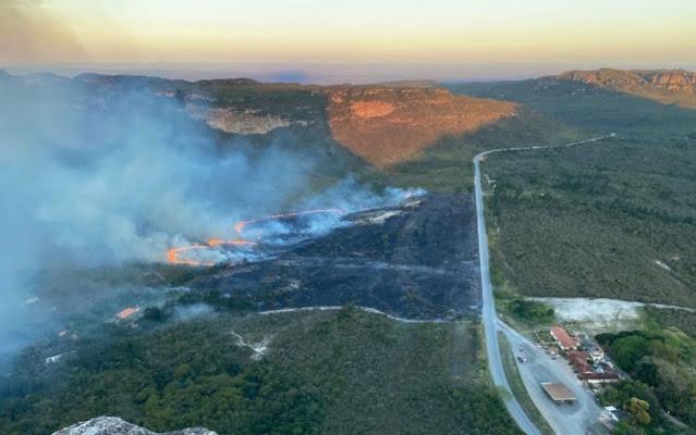 Incêndio é registrado em rodovia perto do Morro do Pai Inácio, na Chapada Diamantina (Foto: Rafael Sena/Arquivo Pessoal)