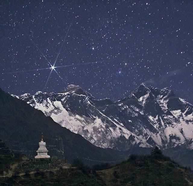 Ngôi sao sáng Capella tỏa sáng trên bầu trời nóc nhà của thế giới – Đỉnh núi Everest của Dãy núi Himalaya. Hình ảnh: Babak Tafreshi.