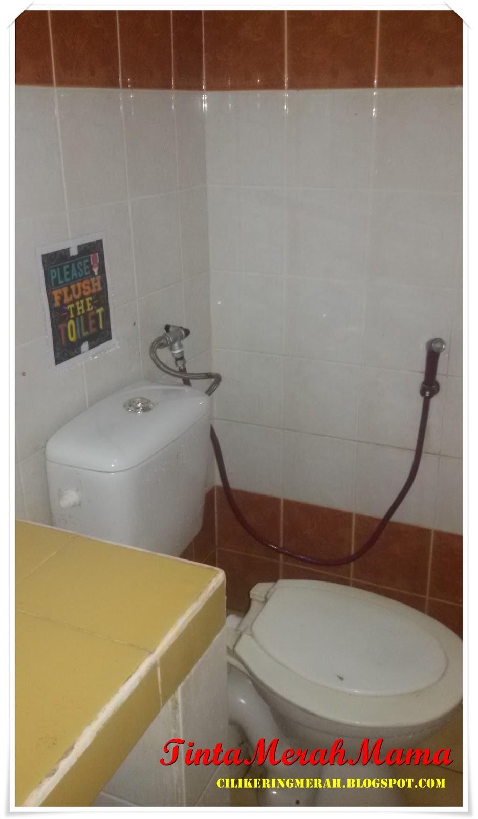 Dua Gambar Kat Atas Ni Adalah Bilik Air Yang Terletak Di Dalam Tidur Utama Tak Ada Byk Deco2 Saya A Tampal Stiker Flush Cistern Tu Dan