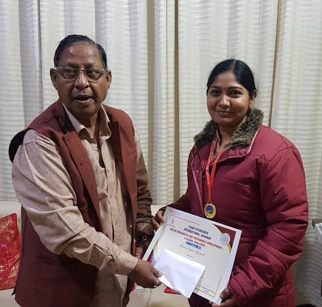 कविता शर्मा को बेस्ट पेपर के अवार्ड से नवाजा गया
