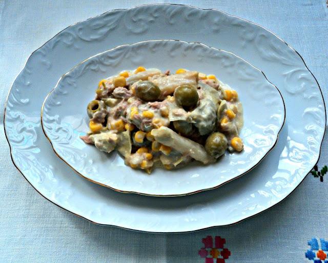 Ensalada de espárragos, maíz, palmitos, aceitunas, atún y mahonesa