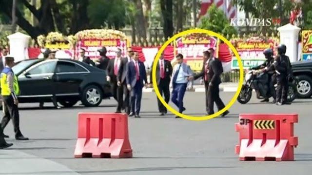 Viral Video Detik-detik Paspampres Tarik Jas Gibran Cegat Jalan di Samping Jokowi