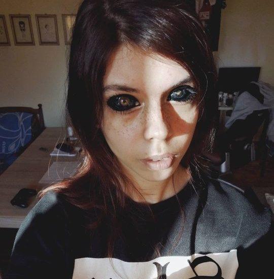 Joven se tatúa los ojos de negro y queda ciega