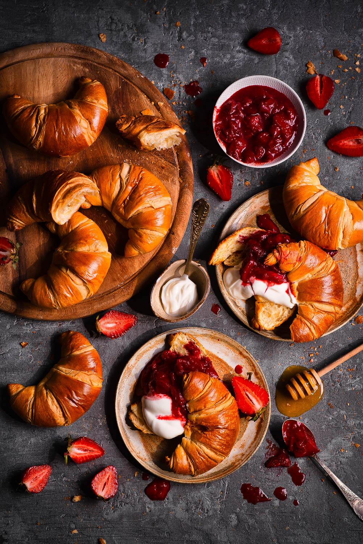 Śniadaniowe rogaliki z karmelizowanym rabarbarem i truskawkami