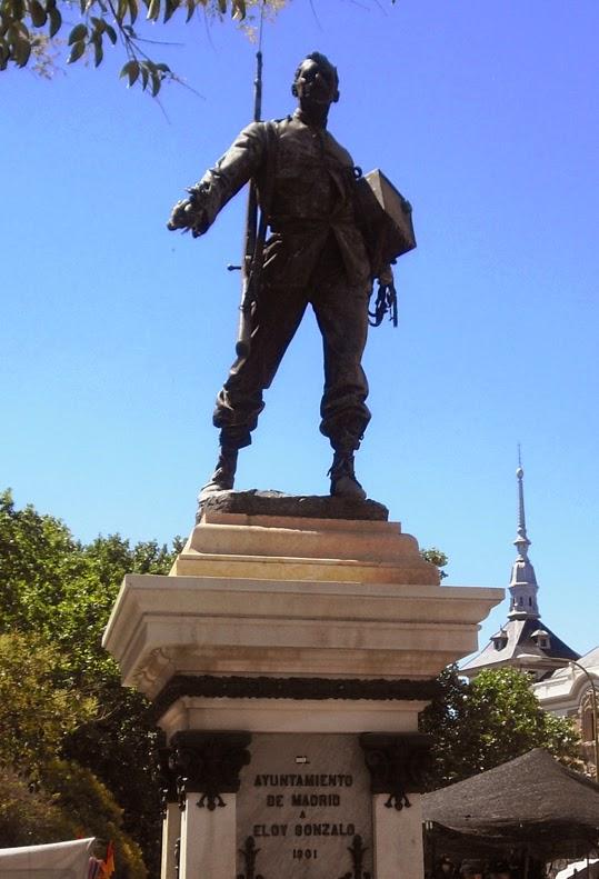La estatua de Cascorro muestra al héroe, con el cielo de fondo, fusil al hombro, antorcha en la mano y una lata de gasolina bajo el otro brazo. Está sobre un elevado pedestal blanco con inscripción Ayuntamiento de Madrid. A Eloy Gonzalo. 1901