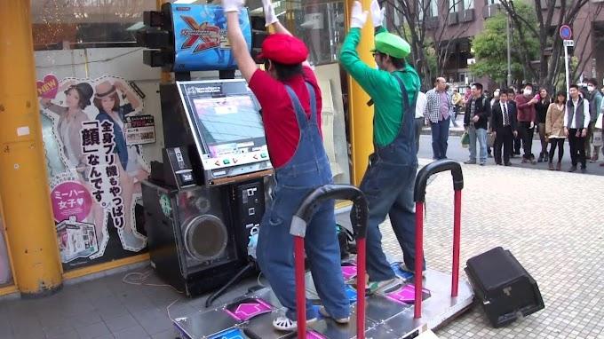 Mario y Luigi bailando en la Maquina de Baile de manera épica.
